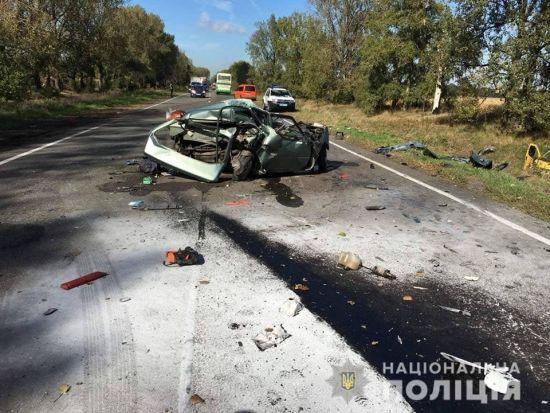 """На Київщині """"Славута"""" зіткнулась із маршруткою: авто перетворилось на купу металобрухту"""