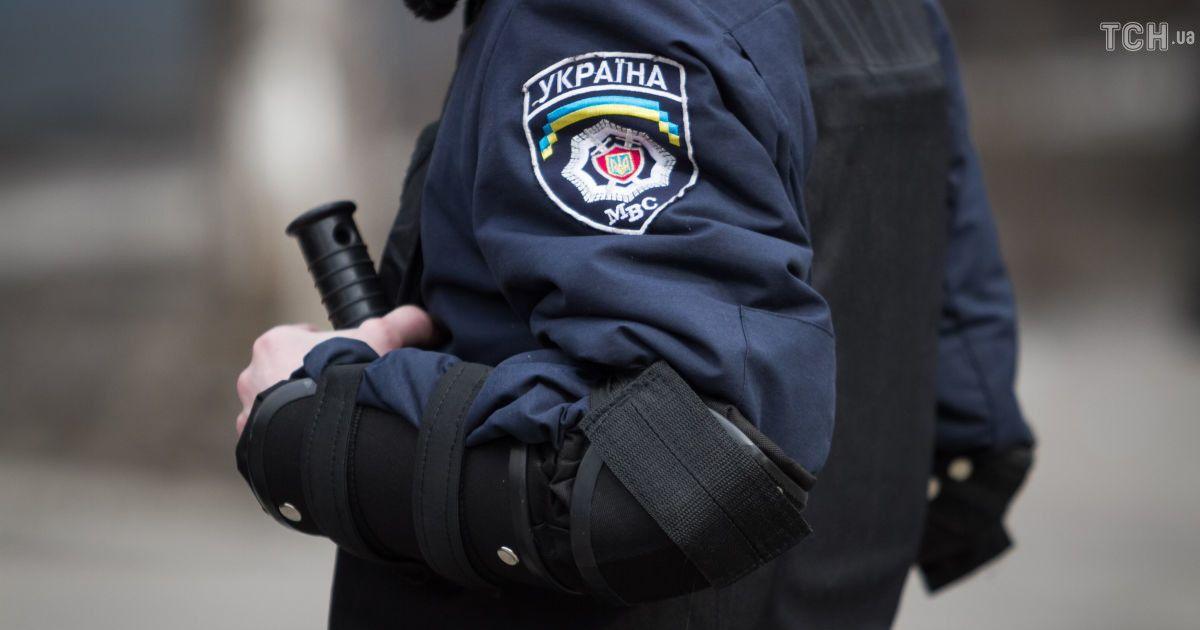 У Києві іномарка на швидкості протаранила зупинку (відео)