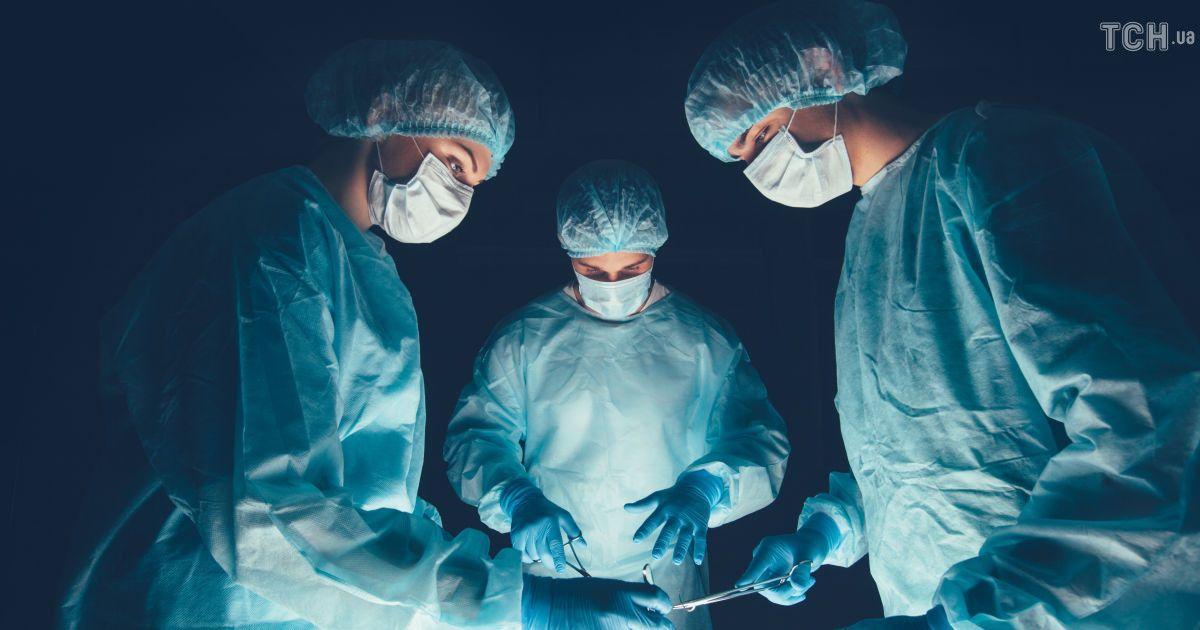 У Львові лікарі видалили жінці гігантську пухлину вагою понад 30 кг