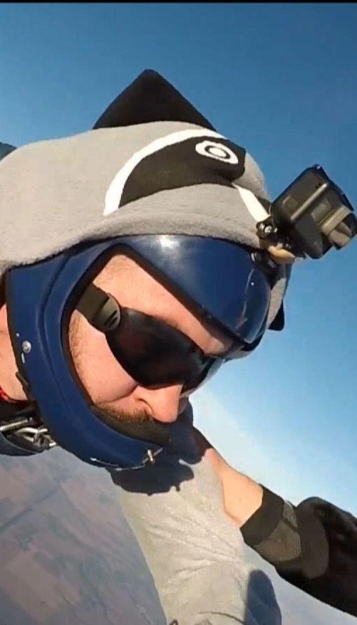 Украинские парашютисты прыгнули с парашютами в костюмах животных
