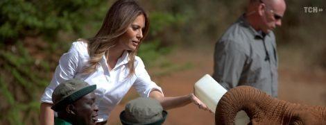 Меланія Трамп в Африці: перша леді США погодувала слоненят і пофотографувала зебр під час сафарі