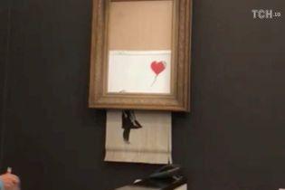 """Самознищення картини Бенксі. Покупець розповіла про подальшу долю """"Дівчинки з кулею"""""""