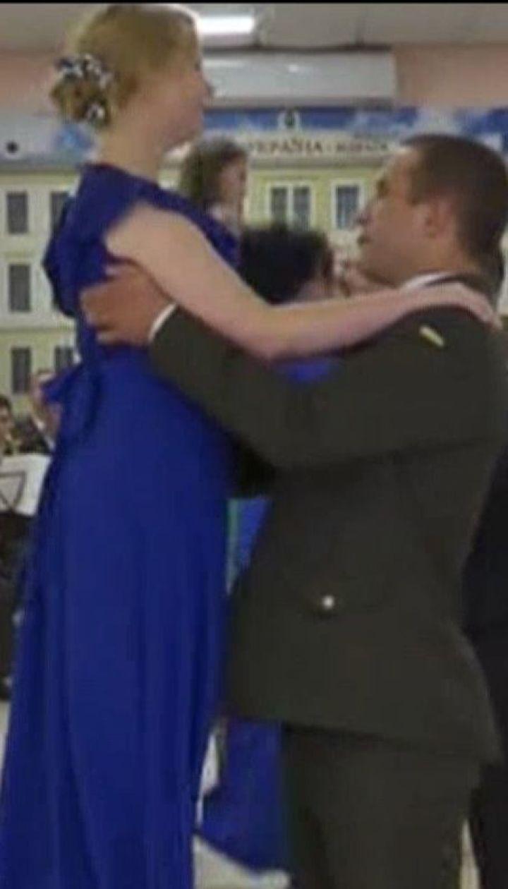 Бал защитников во Львове: 17 пар военнослужащих станцевали, чтобы поздравить собратьев