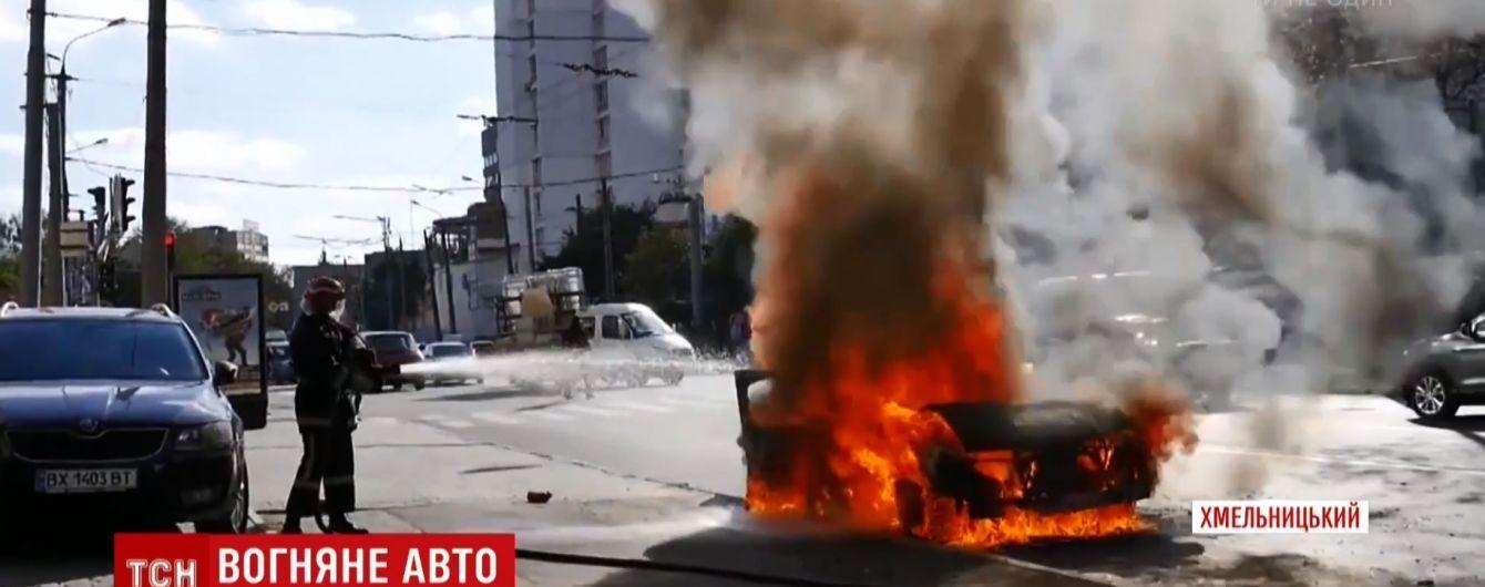 У центрі Хмельницького на перехресті згорів Mercedes