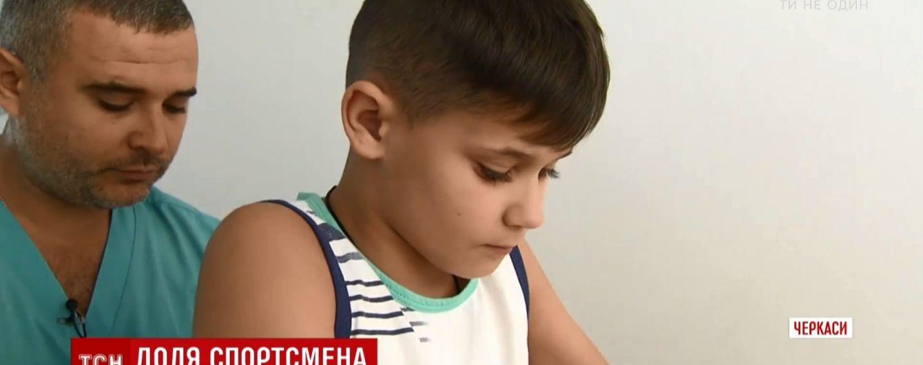 В Черкассах пытаются поставить на ноги молодого футболиста, который сломал позвоночник на спортплощадке