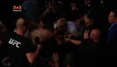 Нурмагомедов устроил драку в зале после боя с Макгрегором