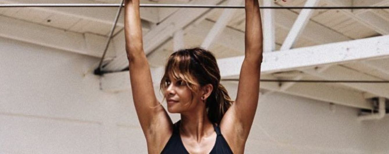 В шикарной форме: Холли Берри поделилась новым снимком из спортзала