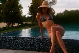 В бікіні і солом'яному капелюсі: Кендалл Дженнер поділилася знімками з відпочинку