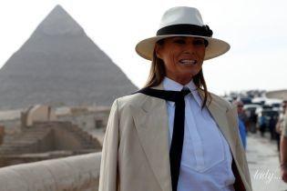 В белых брюках и шляпе: Мелания Трамп в стильном образе позировала на фоне египетских пирамид