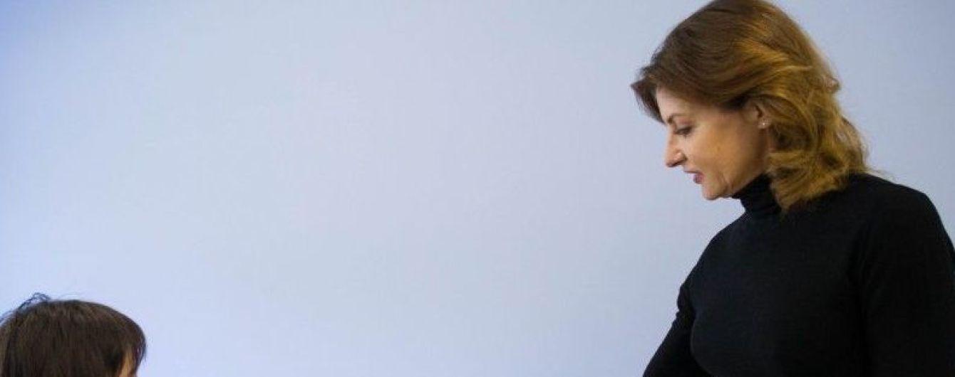 """Марина Порошенко в юбке с принтом """"гусиная лапка"""" встретилась с детьми"""