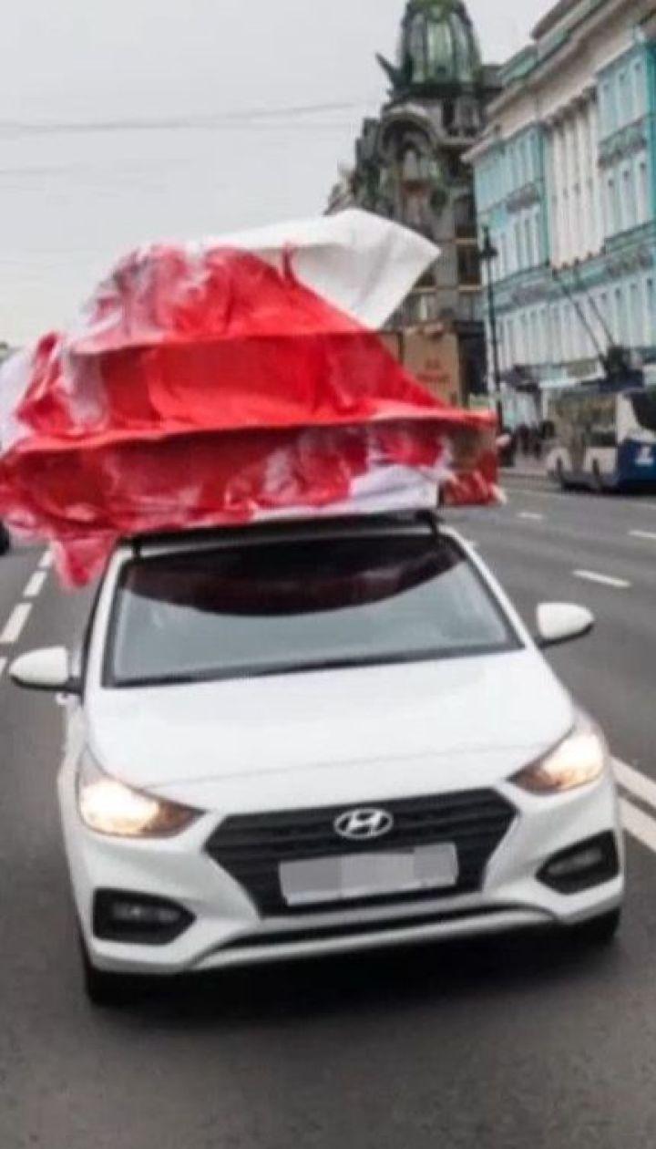 """Активісти у Петербурзі """"подарували"""" Путіну на день народження скривавлений торт"""