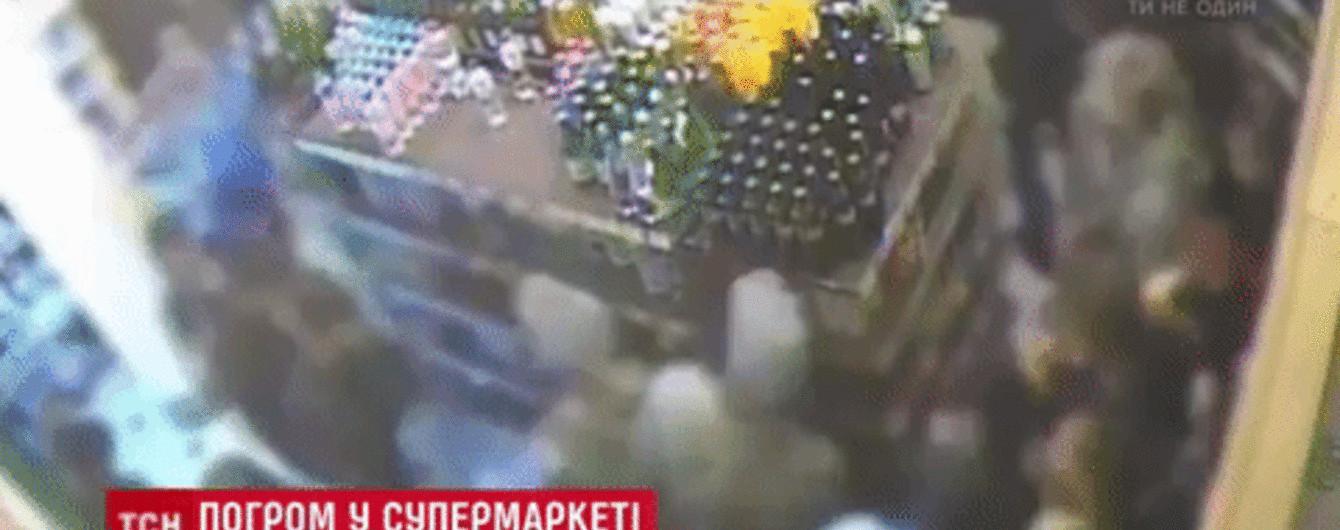 У Києві кілька десятків підлітків розгромили супермаркет