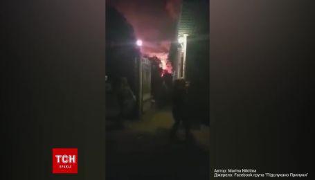 Військові виїжджають з території бази під час вибухів на військових складах поблизу Ічні
