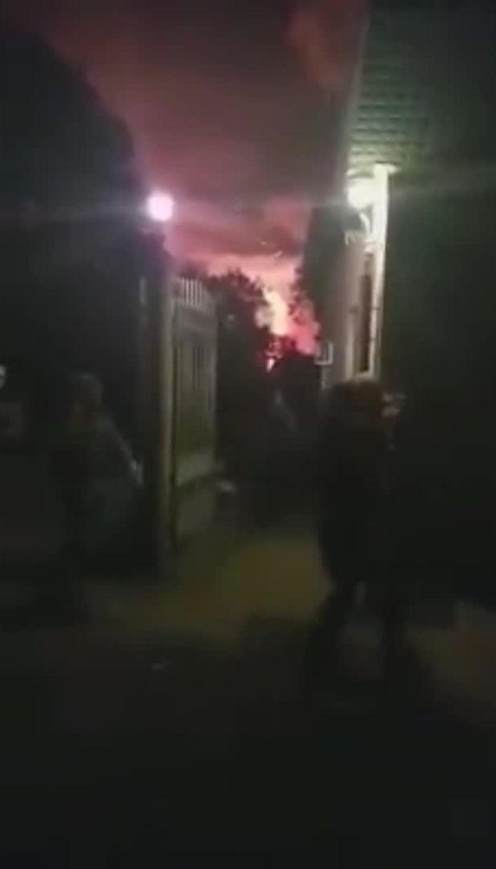 Военные выезжают с территории базы во время взрывов на военных складах вблизи Ични