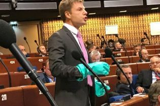 На ПАСЕ Гончаренко в резиновых перчатках напомнил, чем опасны россияне