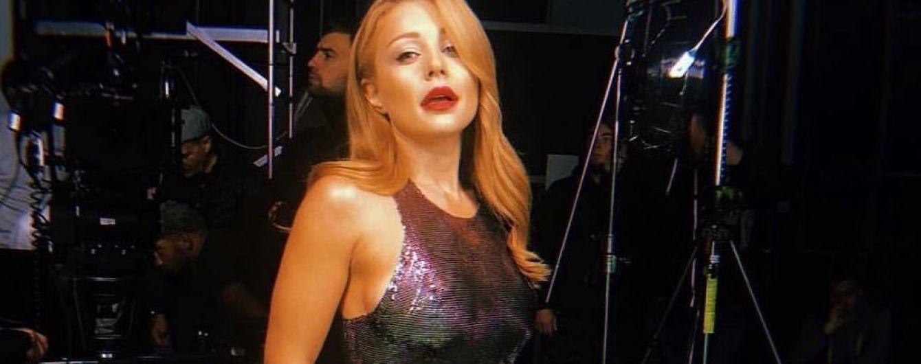 У блискучій сукні та з червоною помадою: Тіна Кароль постала в ефектному образі