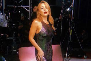 В блестящем платье и с красной помадой: Тина Кароль предстала в эффектном образе