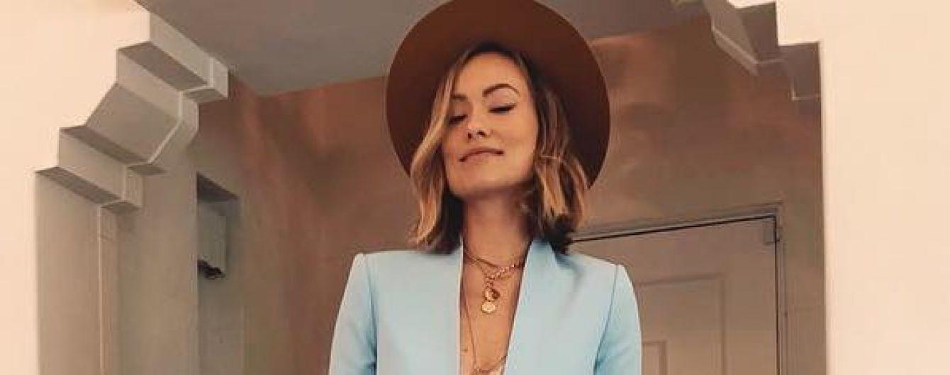 В кружевном лифчике и голубом костюме: стильный выход Оливии Уайлд