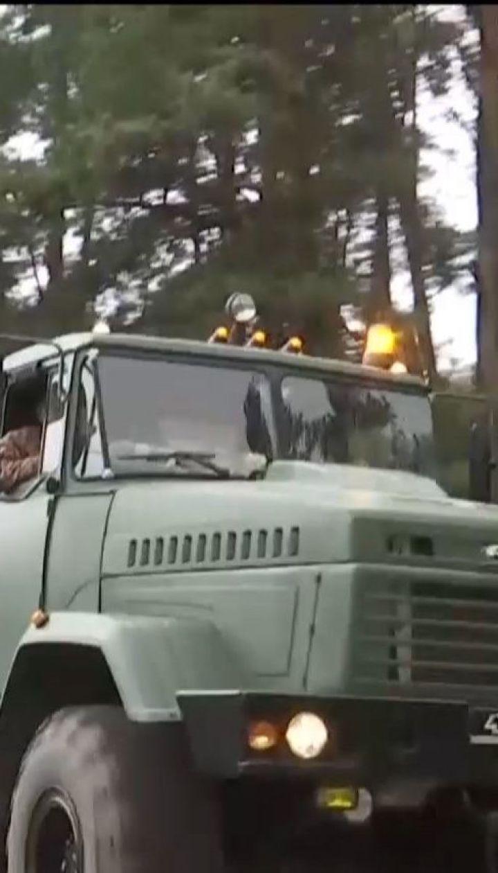 Военные тушат огонь на складах возле Ични специальными противопожарными танками
