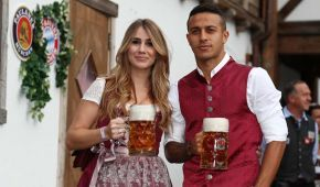 """С пивом и девушками в костюмах. Футболисты """"Баварии"""" погуляли на Октоберфесте"""