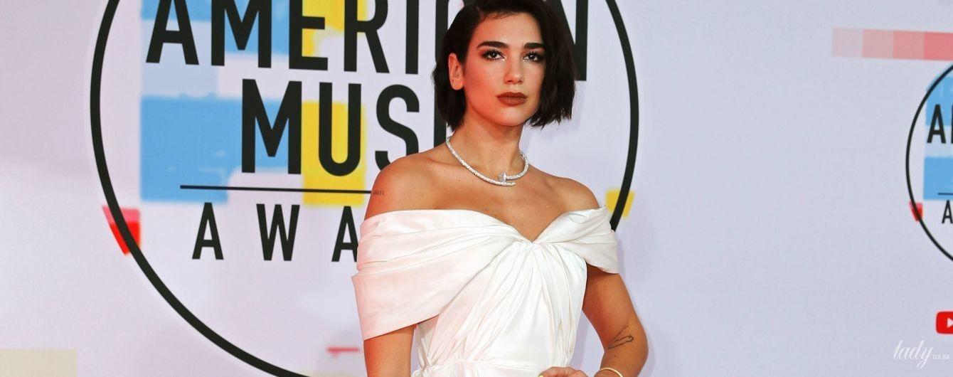 Не узнать: Дуа Липа вышла на красную дорожку в белоснежном кутюрном платье