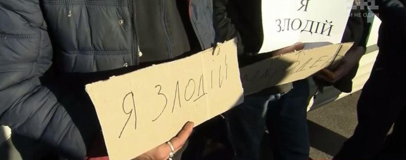 """В Ичне подозреваемых в мародерстве заставили держать таблички """"Я вор"""""""