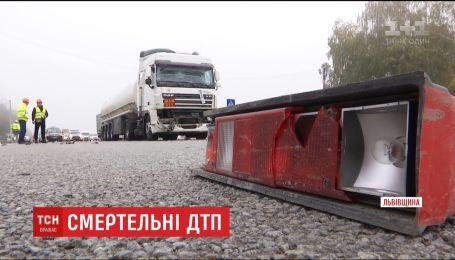На Львовщине грузовик въехал в автомобиль дорожной службы