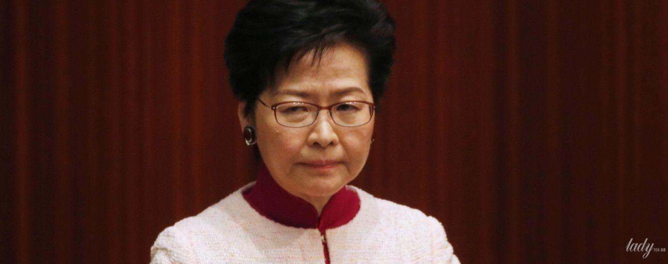 В платье цвета фуксии и розовом жакете: эффектный выход главы администрации Гонконга