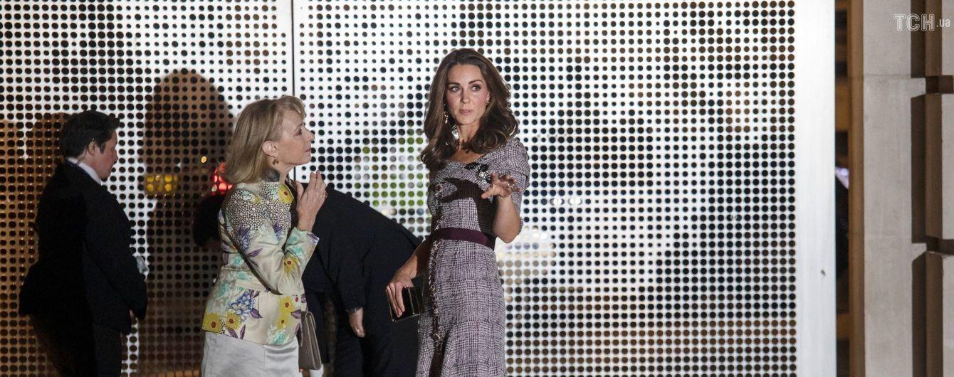 Струнка Кейт Міддлтон у приталеній картатій сукні відвідала офіційний захід