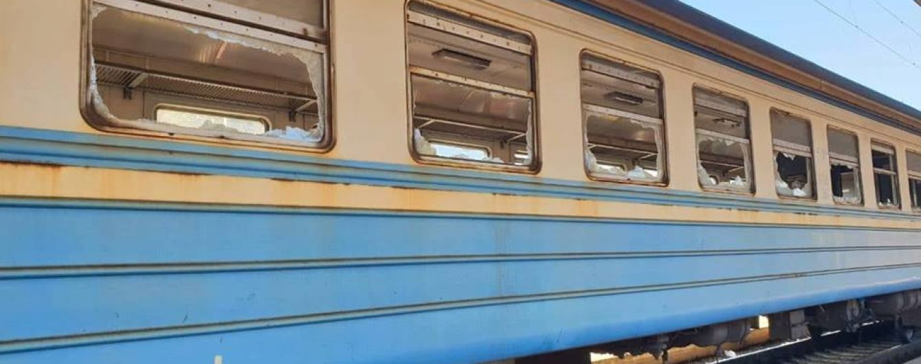 Поліція оперативно затримала вандалів, які розтрощили вагон електрички на Київщині