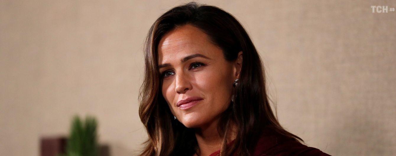 Улыбающаяся, но с грустными глазами: Дженнифер Гарнер вышла в свет после развода с Аффлеком
