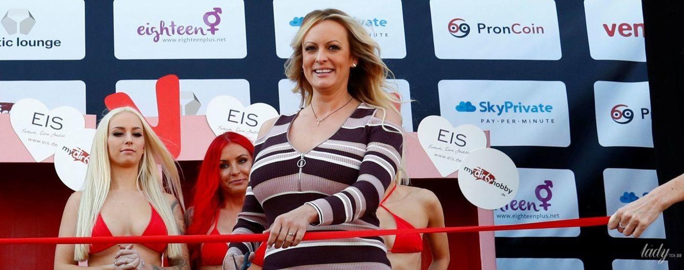 Порноактриса на еротичній ярмарці: Стормі Деніелс підкреслила стрункі ноги смугастим міні