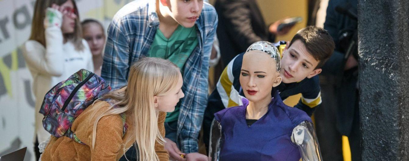 Флиртовала с Гройсманом и говорила о захвате мира. Как прошел брифинг робота Софии в Киеве