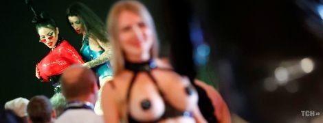 Іграшки для дорослих та скандальна порнозірка. У Берліні стартувала масштабна еротична виставка