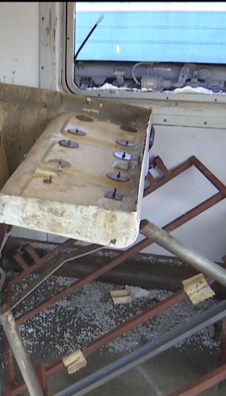 Группа вандалов за 15 минут практически уничтожила вагон электрички