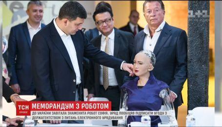 Роботу Софие приглянулся премьер Владимир Гройсман
