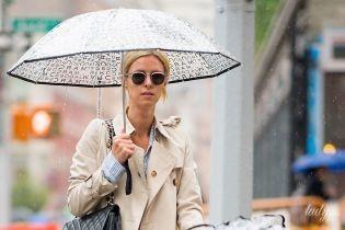Дождь прогулке не помеха: Ники Хилтон гуляет с дочерью по Нью-Йорку