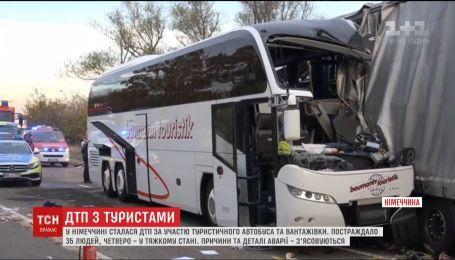В Германии автобус с туристами врезался в грузовик