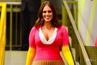 Удивила: Эшли Грэм в трехцветном наряде с глубоким декольте попала в объективы папарацци