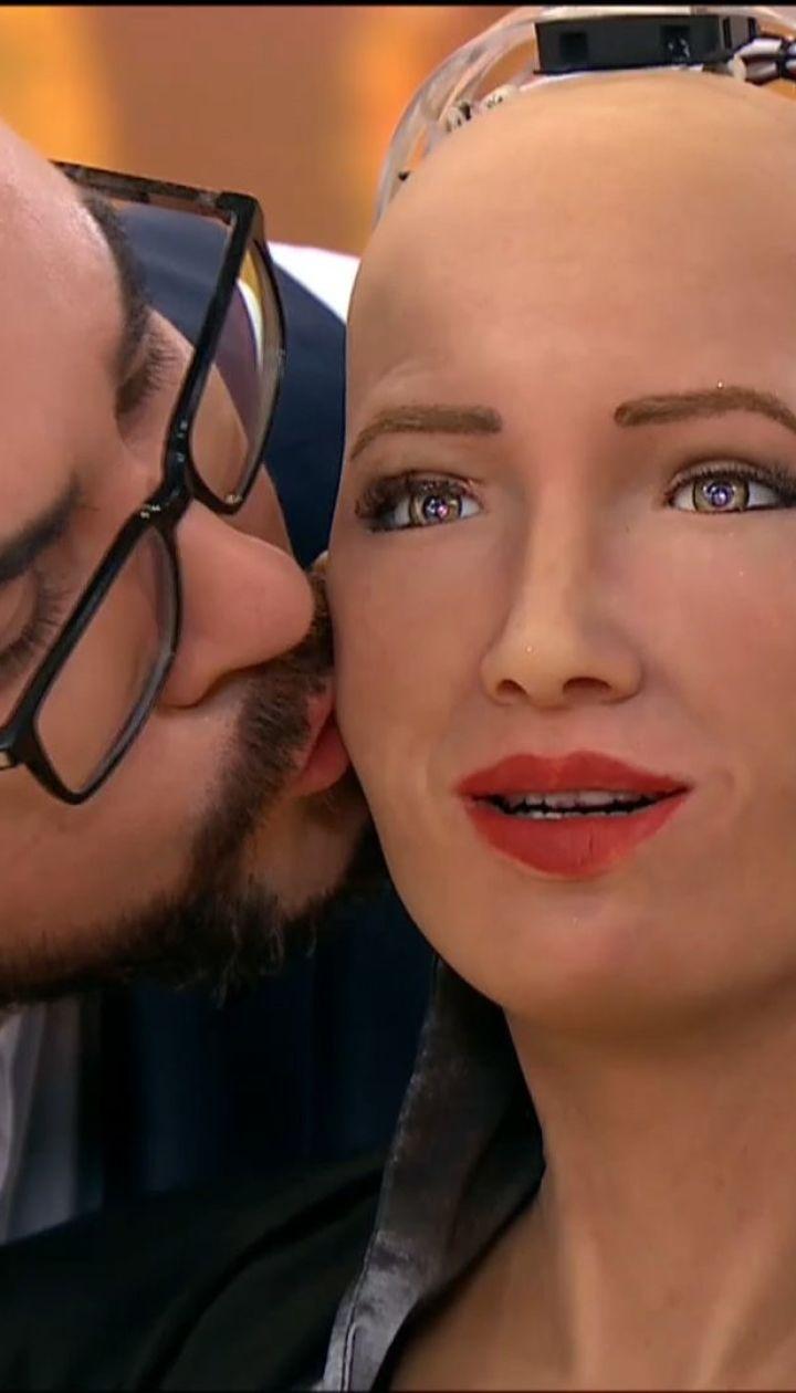Робот София позволила Руслану Сеничкину себя поцеловать