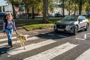 Jaguar I-Pace помогает людям с плохим зрением переходить дорогу