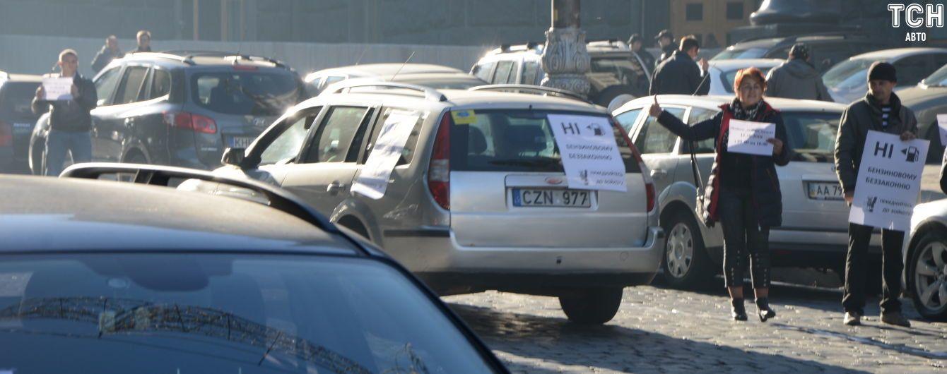 Цены на топливо разделили автомобилистов на два лагеря