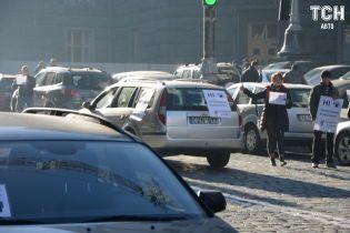 Ціни на пальне розподілили автомобілістів на два табори