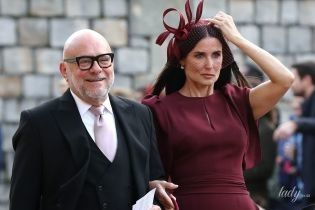 В сукні кольору марсала: Демі Мур в елегантному образі прийшла на королівське весілля
