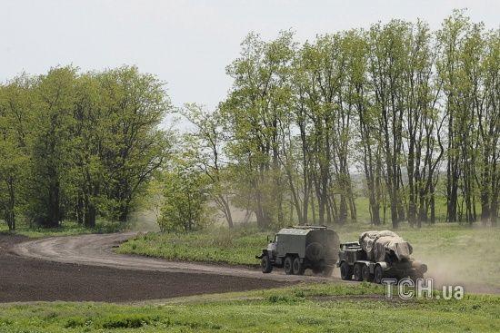 На Донбасі місія ОБСЄ помітила колону вантажівок із зенітної установкою, яка їхала з боку РФ