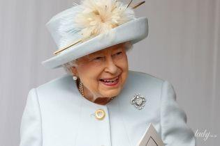 З усмішкою, в елегантному пальті й капелюсі з пір'ям: образ королеви Єлизавети II на весіллі онуки - принцеси Євгенії