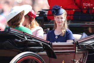 Из-за коварного ветра внучка Елизаветы II на королевской свадьбе засветила нижнее белье