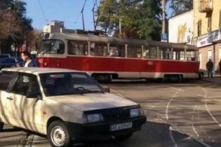 """В Каменском """"бешенный"""" трамвай слетел с рельсов и разбил припаркованные авто"""