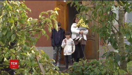 Многодетная семья бойца АТО на Львовщине получила от неизвестного благодетеля ключи от жилья