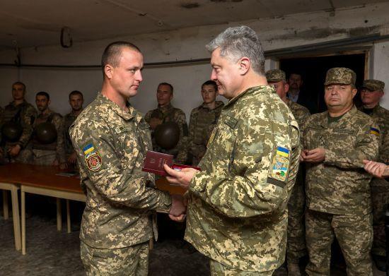 На передовій Порошенко нагородив морських піхотинців